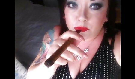 با موهای قرمز دختر پارتی های سکسی fucks در دوست دختر او را در الاغ با یک بطری