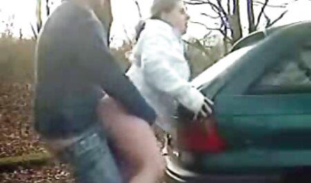 دوربین تیراندازی یک مادر بزرگ چربی سک پارتی در اتاق قفل