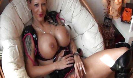 نشسته نتراشیده بر سکس پارتی حشری روی صورت برای تحریک زبان