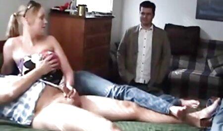 جوجه مرطوب دانلود رایگان سکس پارتی پیراهن او و شروع به بازی با دختران خود را