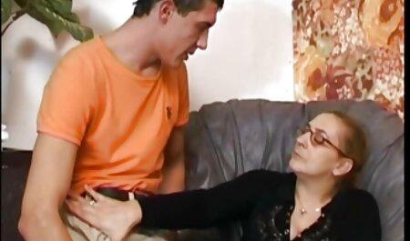 غنایم دوست خود را با وسیله ارتعاش و نوسان برای ماساژ و سکس پارتی در استخر تقدیر در دهان او
