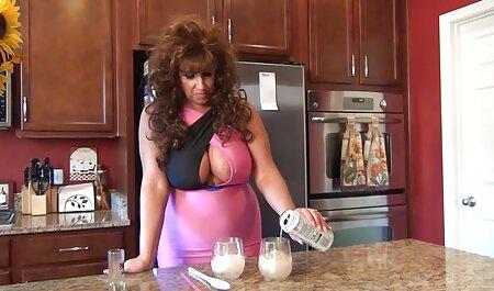یورا تف نازک آنا سکس پارتی چیست راست بر روی میز آشپزخانه
